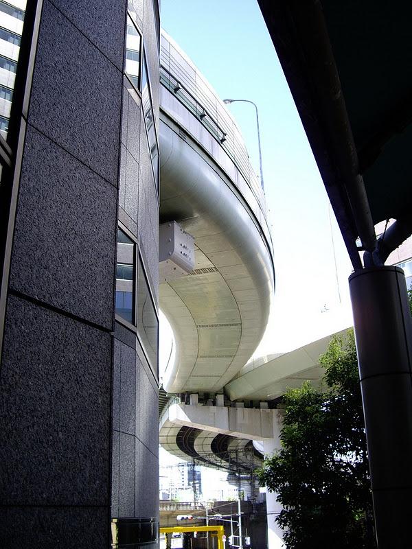 Kinh ngạc tòa nhà bị đường cao tốc 'chọc thủng'