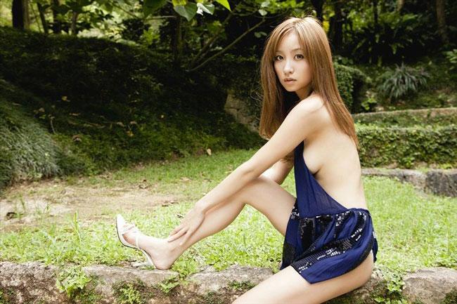 Diễn viên Aya Kiguchi khoe sắc xinh tươi cùng cây lá